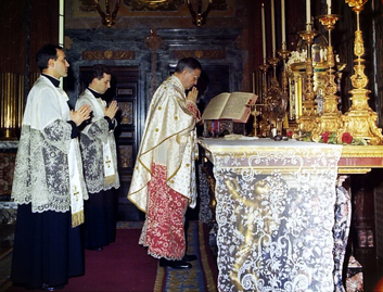 St. Josemaria Escriva celebrating Mass